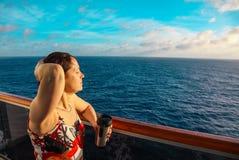 Vrouw op een cruiseschip stock foto