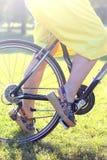 Vrouw op een fiets royalty-vrije stock foto's
