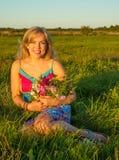 Vrouw op een gebied met bloemen royalty-vrije stock foto's