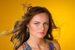 Vrouw op een gele achtergrond Royalty-vrije Stock Foto