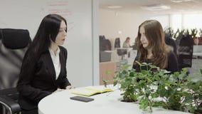 Vrouw op een gesprek stock footage