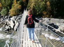 Vrouw op een hangbrug Stock Foto