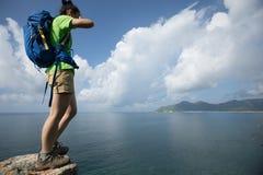 Vrouw op een klippenrand royalty-vrije stock afbeeldingen