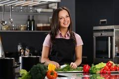 Vrouw op een moderne keuken royalty-vrije stock afbeelding