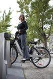 Vrouw op een openbare fiets Royalty-vrije Stock Fotografie