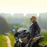 Vrouw op een sportenmotorfiets Stock Foto