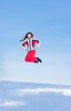 Vrouw op een sportief in-gebied van kostuumsprongen Stock Foto's