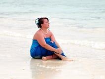 Vrouw op een strand stock foto's