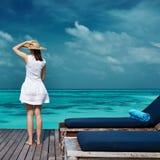 Vrouw op een strandpier in de Maldiven Stock Foto's