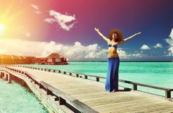 Vrouw op een strandpier in de Maldiven Royalty-vrije Stock Fotografie