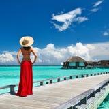 Vrouw op een strandpier in de Maldiven Royalty-vrije Stock Afbeeldingen