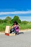 Vrouw op een weg die kleren krijgt Royalty-vrije Stock Foto's