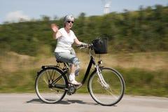 Vrouw op fiets Stock Afbeeldingen