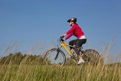 Vrouw op fiets Royalty-vrije Stock Foto's