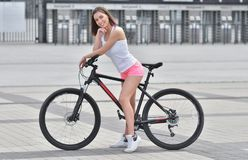 Vrouw op fiets in de sport van de stadslevensstijl royalty-vrije stock afbeelding