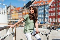 Vrouw op fiets met mooie architectuur op de achtergrond Royalty-vrije Stock Fotografie