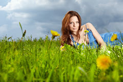 Vrouw op gebied in de zomer Stock Fotografie