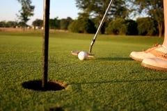 Vrouw op golfcursus Royalty-vrije Stock Afbeeldingen