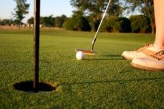 Vrouw op golfcursus Stock Foto