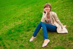 Vrouw op gras Stock Afbeelding