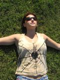 Vrouw op gras Stock Foto
