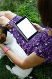 Vrouw op gras met tablet Stock Foto's