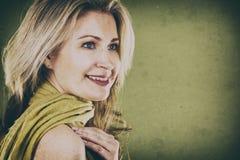 Vrouw op groen Stock Foto's