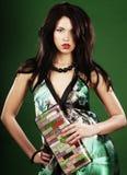 vrouw op groene achtergrond stock afbeeldingen