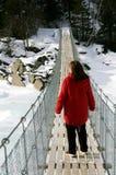 Vrouw op hangbrug Stock Foto's