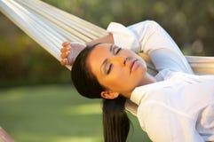 Vrouw op hangmat Royalty-vrije Stock Foto's