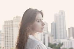 Vrouw op het balkon royalty-vrije stock foto