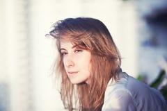 Vrouw op het balkon royalty-vrije stock fotografie