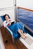 Vrouw op het balkon van een cruiseschip royalty-vrije stock afbeelding