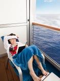 Vrouw op het balkon van een cruiseschip royalty-vrije stock afbeeldingen