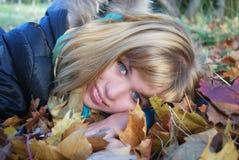Vrouw op het de herfstblad Stock Afbeelding
