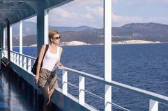 Vrouw op het dek van de veerboot royalty-vrije stock afbeeldingen