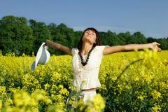 Vrouw op het gele verkrachtingsgebied royalty-vrije stock afbeelding