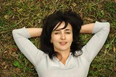 Vrouw op het gras Royalty-vrije Stock Afbeelding
