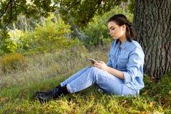 Vrouw op het gras stock afbeeldingen