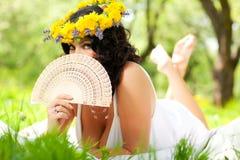 Vrouw op het gras in het park Stock Fotografie