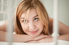 Vrouw op het hoofdkussen dat omhoog eruit ziet Stock Foto
