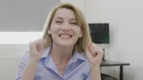 Vrouw op het kantoor die opwinding uitdrukken die ontvangend goed nieuws over haar doelstellingen bedrijfssucces en voltooiingsco stock footage