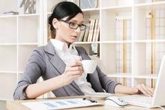 vrouw op het kantoor met een kop van koffie Royalty-vrije Stock Foto's