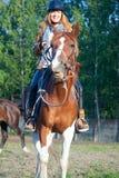 Vrouw op het rode paard Royalty-vrije Stock Foto's