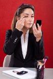 Vrouw op het samenstellingswerk stock afbeeldingen