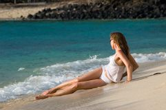Vrouw op het strand royalty-vrije stock afbeeldingen