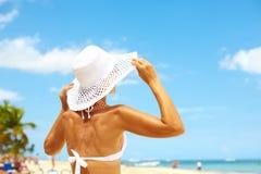 Vrouw op het strand. stock foto