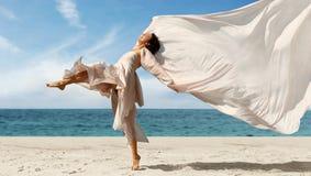 Vrouw op het strand stock fotografie