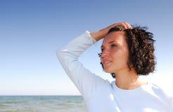 Vrouw op het strand dat weg eruit ziet Royalty-vrije Stock Foto's