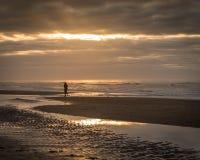 Vrouw op het strand met mooie zonsondergang Royalty-vrije Stock Fotografie